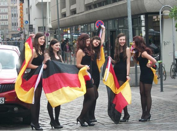 Почти все фанаты приходили с флагами