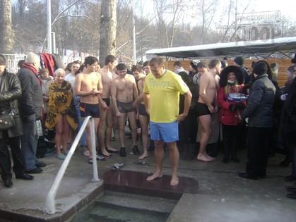 Харьковские чиновники, за редким исключением, купаются в проруби только с губернатором
