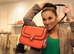 Маша Ефросинина «выпросила» в харьковском бутике сумку. Фото: Ольги Иващенко