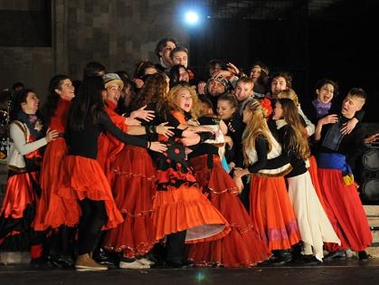 Много танцев, красного и огня