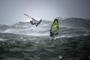 Сложнейшие соревнования по виндсерфингу при штормовом ветре и девяти метровых волнах. Как это было