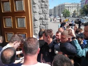 Из-за опального экс-депутата Лесика перед сессией заблокировали здание Харьковского горсовета (ФОТО)
