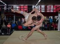 Голые парни и слегка одетые девчонки устроили соревнования на матрасах в Харькове