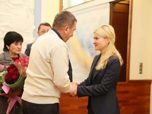 Светличная передала родителям погибшего Героя Украины  Александра Лавренко документы на землю