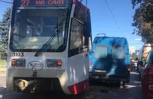 Сошел с рельс и врезался в автомобиль: в Харькове произошло очередное ДТП по вине трамвая