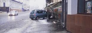 В центре Харькова пьяный на иномарке устроил ДТП и врезался в дом (ФОТО)