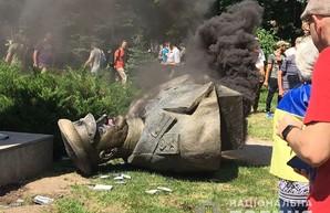 В Харькове активисты снесли бюст Жукову: Полиция открыла уголовное производство (ФОТО)