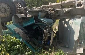 В Харькове грузовик упал с моста, водитель госпитализирован в тяжелом состоянии (ФОТО)