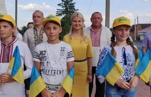 Светличная посетила Дергачевский район и поздравила жителей Ольшан с Днем освобождения поселка (ФОТО)
