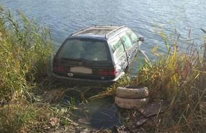 В Харькове легковушка влетела в реку (ФОТО)