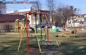 В Харькове опечатывают детские площадки (ФОТО)