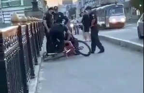 Нетрадиционное сэлфи в Харькове: фотолюбителя задержали в центре города (ВИДЕО)