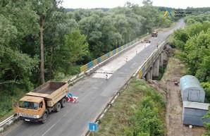 На мосту в Печенежском районе, который не ремонтировался почти полвека, снимают старый асфальт (ФОТО, ВИДЕО)