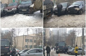 В Киеве мусоровоз протаранил 9 автомобилей