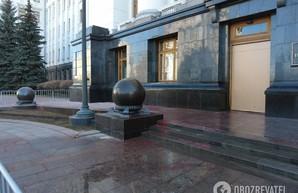 Большая чистка. Здание на Банковой отмыли от граффити