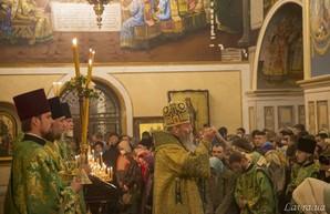 В Киевской Лавре верующие без масок и дистанции молились за больных коронавирусом