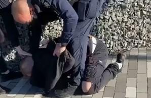 В Киеве полицейский при задержании избил подростка