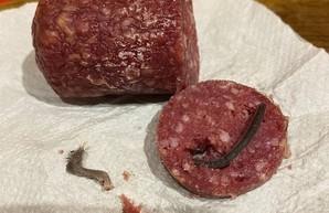 Военный из Житомира купил колбасу с крысиными лапами и хвостом