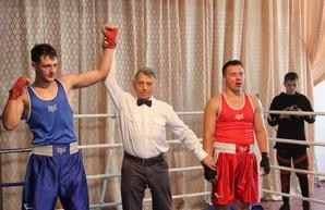 На турнир по боксу в Люботине собрались 70 спортсменов от юношей до тяжеловесов