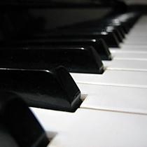 Жесть! На улицах города появились разноцветные фортепиано