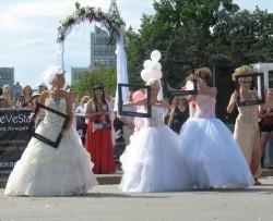 На площади Свободы прошел главный этап Парада невест. Девчонки дефилируют