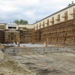 В харьковском бассейне молдаване и белорусы строят мраморный московский институт из пенопласта