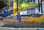 Геннадий Кернес рисовал кошек и обещал всем желтые скамейки