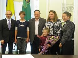 Геннадий Кернес вручил многодетным семьям бесплатные пропуски в городской транспорт
