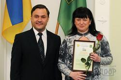 Лучших работников бытового обслуживания наградили почетными грамотами