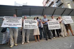 Пикет харьковских врачей перед отелем, в котором остановился д-р Хармс