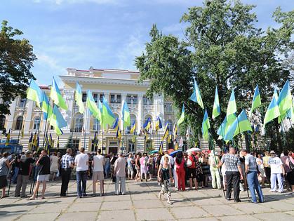 Несколько тысяч человек собралось под зданием Аппеляционного суда