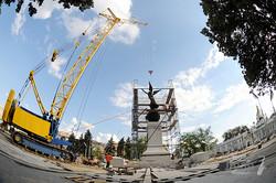 На площади Конституции установили памятник Независимости