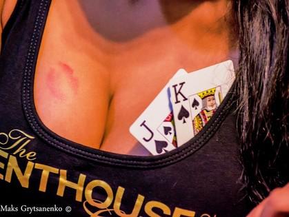 Высокие ставки и яркие женщины. В покерном клубе «Флеш» сыграли по-крупному