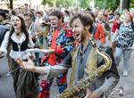День уличной музыки в Харькове прошел «на ура»: за Оперным играли музыканты, выступали актеры и поэты, а в центре города проходило музыкально-карнавальное шествие