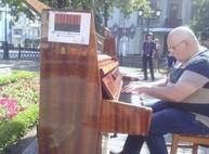 На улице в центре Харькова играют на пианино (ФОТО)
