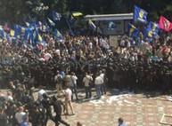 Гранату в толпу кинул свободовец - Аваков/ обновляется