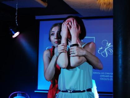 «Три. Два. Один. Я иду искать. Господи, помоги мне…»: театр «Кімната Т» показал поэтический спектакль