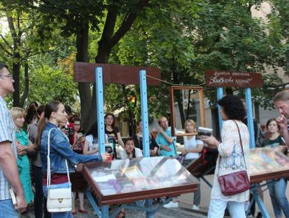 «Книжная клумба» — это уличная библиотека для общения
