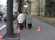 Сотрудники ХОГА ждут на улице окончания проверки (ФОТО)