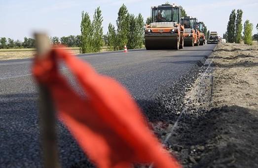 По поручению Светличной на Харьковщине ремонтируют дороги к школам и больницам