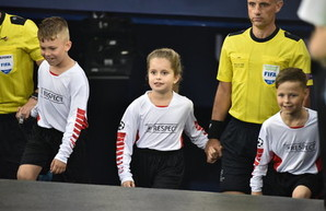 Одного из арбитров финала Лиги Чемпионов вывела на поле дочь Ярославского