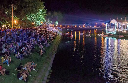 В честь праздников в Харькове пройдут концерты на плавучей сцене