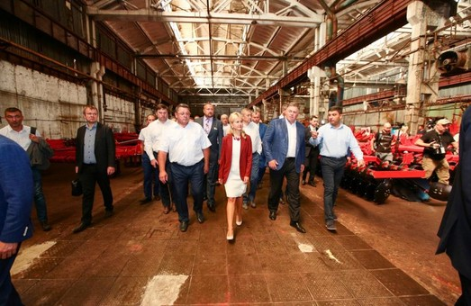 Светличная и Гройсман посетили Лозовской кузнечно-механический завод. Губернатор сообщила о повышении зарплат