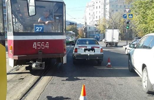 В Харькове трамвай столкнулся с иномаркой