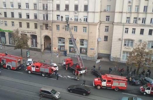 В центре Харькова спасатели пытаются снять мужчину с карниза 3-го этажа (Дополнено, ФОТО)
