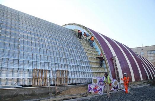 На здании будущего Красноградского ФОКа завершают внешние работы (ФОТО)