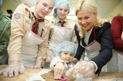 Светличная вместе с детьми испекла праздничное печенье для бойцов на Донбассе (ФОТО)