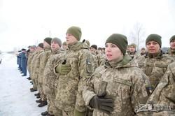 Светличная и Полторак передали командиру 92-й бригады сертификат на два дома с квартирами для военных