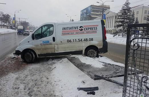 В Харькове пьяный водитель снес разделительный забор (ФОТО)