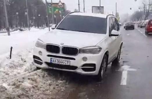 Ехал по встречке и врезался в сугроб: в Харькове полиция задержала пьяного водителя